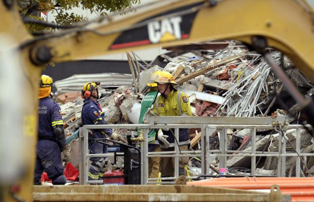 Equipes de resgate retiram escombros do prédio do canal CTV, nesta sexta-feira - Crédito: Foto: AP