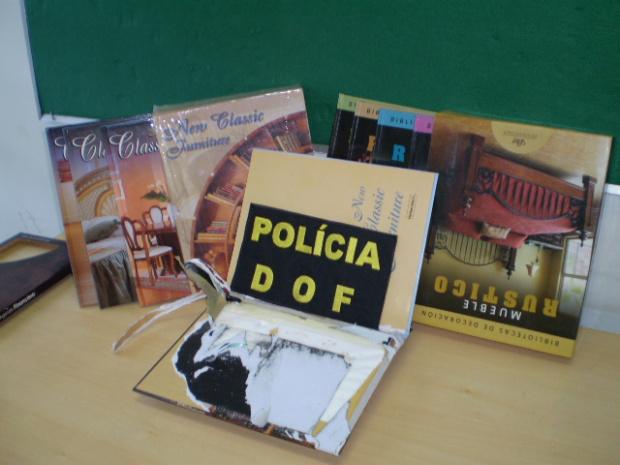 Nove quilos de cocaína foram encontrados dentro de livros e agendas telefônicas - Crédito: Foto : Divulgação