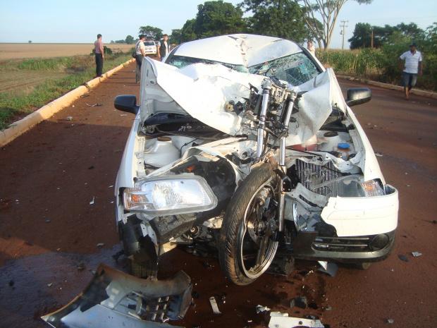 Moto partiu em duas e o douradense morreu no local - Crédito: Foto: Cido Costa