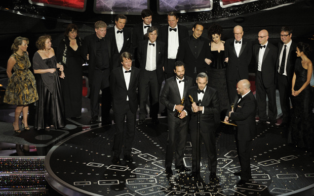 Equipe do filme \'O discurso do rei\' recebe o prêmio de melhor filme no Oscar - Crédito: Foto: AP
