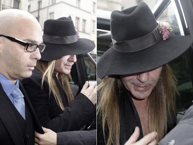 O estilista John Galliano é visto na manhã desta segunda-feira - Crédito: Foto: AP