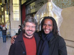 João Jardim e Tião Santos posam para fotos diante de estátua gigante do Oscar - Crédito: Foto: Gustavo Miller/G1