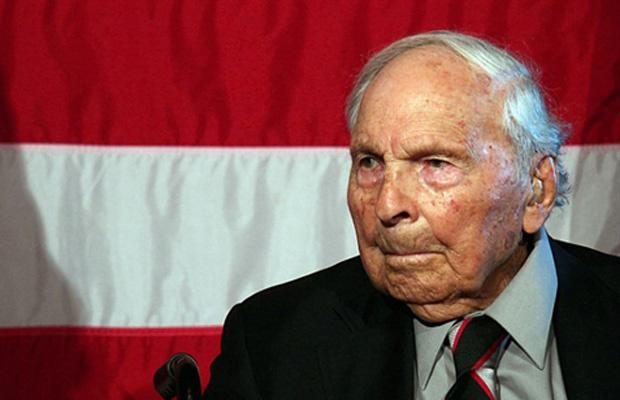 Frank Buckles, então aos 107 anos, recebe homenagem do Congresso dos EUA em 18 de junho de 2008, em Washington. - Crédito: Foto: Reuters