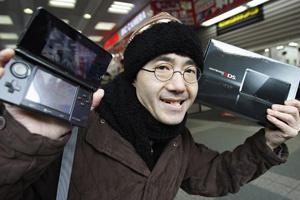 Toyohisa Ishihara, primeiro comprador do Nintendo 3DS, no Japão - Crédito: Foto: Yuriko Nakao/Reuters