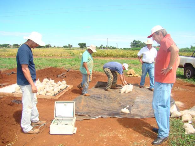 Professor Campeche e o pesquisador Fietz fazem calibração de novo lisímetro - Crédito: Foto : Sílvia Zoche