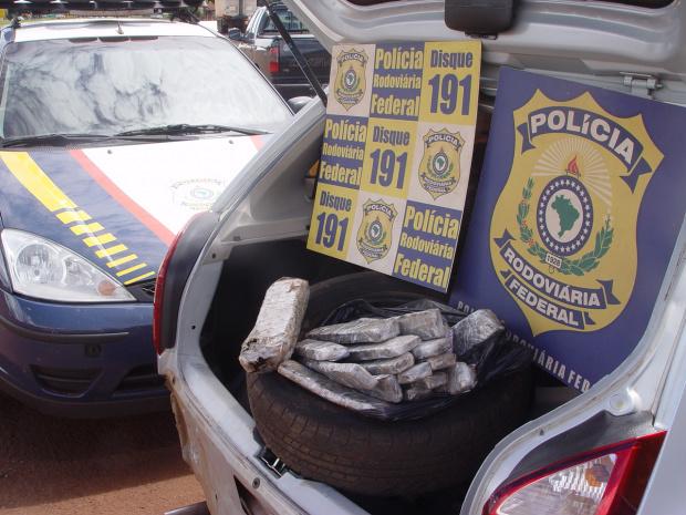 Droga apreendida por agentes da PRF totalizou 8,4 quilos - Crédito: Foto: Sidnei L. Bronka