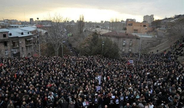 Oposicionistas protestam na capital armênia Yerevan, nesta terça-feira - Crédito: Foto: Karen Minasyan / AFP
