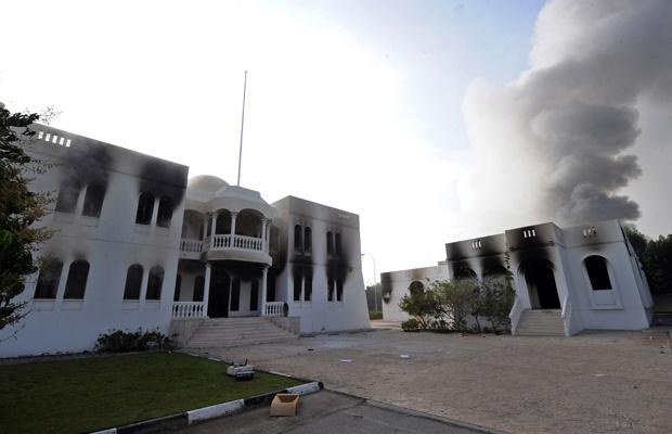 Prédio do Ministério de Recursos Humanos em chamas na cidade de Sohar, em Omã, nesta segunda-feira - Crédito: Foto: AP