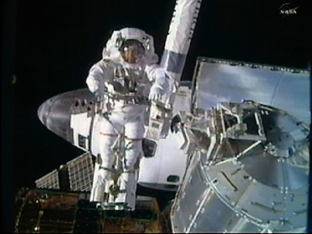 O astronauta Steve Bowen opera do lado de fora da Estação Espacial Internacional - Crédito: Foto: REUTERS