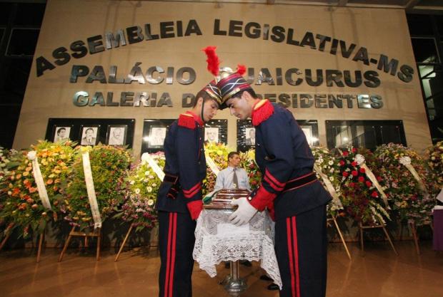 Corpo de Celina seguiu ao som de Sonhos Guaranis carregada pelos dragões da PM - Crédito: Foto : Giuliano Lopes