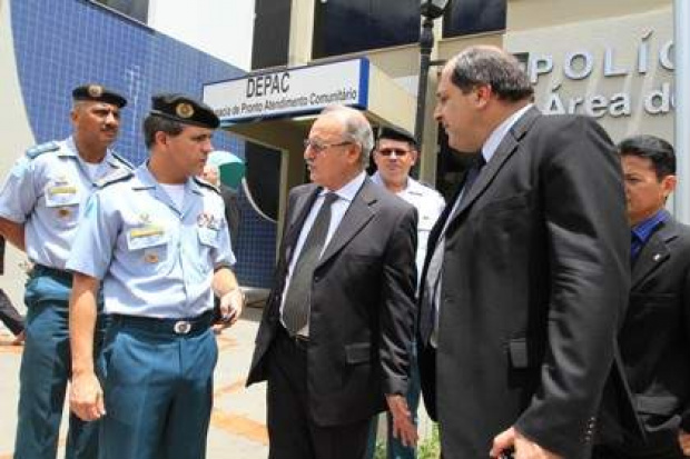 Jacini acompanhado do comandante geral da PM e do delegado-geral da Polícia Civil - Crédito: Foto: Moises Palácios