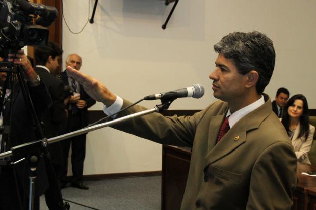 Professor Rinaldo toma posse na Assembleia e presta homenagem a Celina - Crédito: Foto : Wagner Guimarães