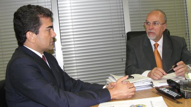 Marçal Filho durante audiência com o ministro das Cidades, Mário Negromonte, em Brasília - Crédito: Foto: Divulgação