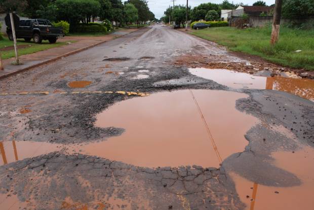 """Dourados está tomado por buracos que chegam a """"engolir"""" um carro de passeio - Crédito: Foto: Hedio Fazan/PROGRESSO"""