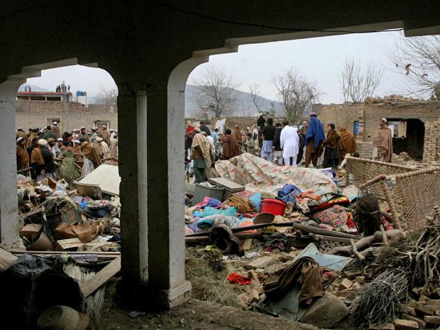 Moradores observam locais destruídos por bomba em Hangu - Crédito: Foto: Mohammad Iqbal/AP
