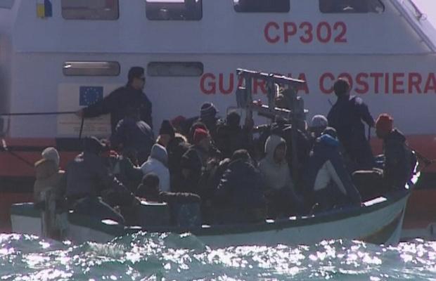 Barco com imigrantes é resgatado em Lampedusa - Crédito: Foto: BBC