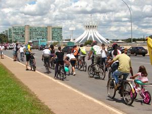 Ciclistas percorrem a Esplanada dos Ministérios durante protesto - Crédito: Foto: G1