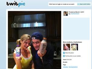 O ator Charlie Sheen inaugurou sua conta no Twitter com foto ao lado de atriz pornô Bree Olson  - Crédito: Foto: Reprodução/Twitpic