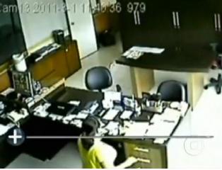 Câmeras flagram faxineira furtando dinheiro de empresa em SC -
