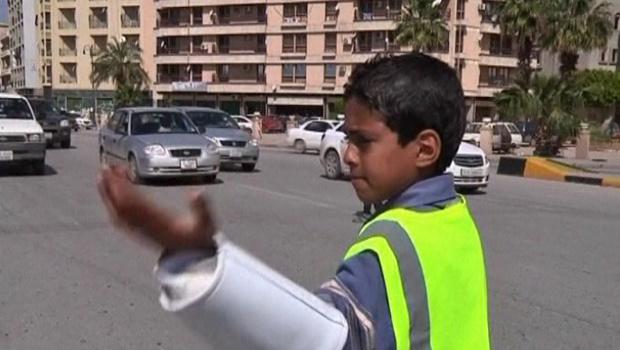 O garoto Ayman Samir em ação no trânsito de Benghazi - Crédito: Foto: BBC
