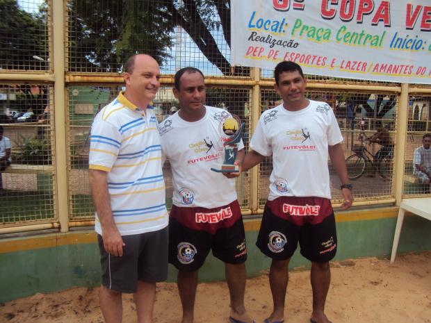 Dupla vencedora Gilson e Claudio de Campo Grande ao lado secretário Valter de Oliveira - Crédito: Foto : Divulgação