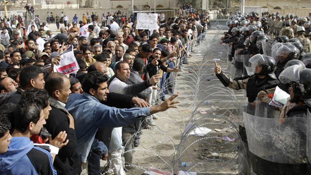 Iraquianos protestam contra o governo na entrada da Zona Verde, em Bagdá, nesta sexta-feira - Crédito: Foto: AP