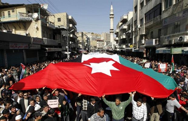 Manifestantes marcham por rua de Amã, na Jordânia, nesta sexta-feira - Crédito: Foto: AP