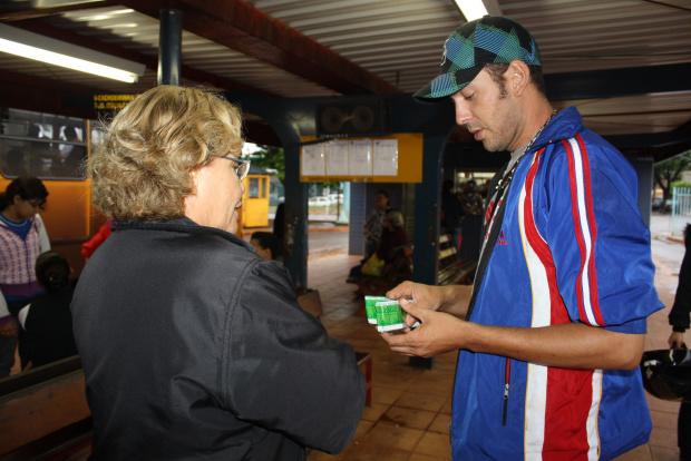 Equipes do SAE\\CTA distribuem preservativos e folhetos educativos  em Dourados - Crédito: Foto: Hédio Fa-zan/PROGRESSO