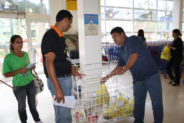 Campanha começou ontem arrecadar alimentos em Dourados - Crédito: Foto: Hedio Fazan/PROGRESSO