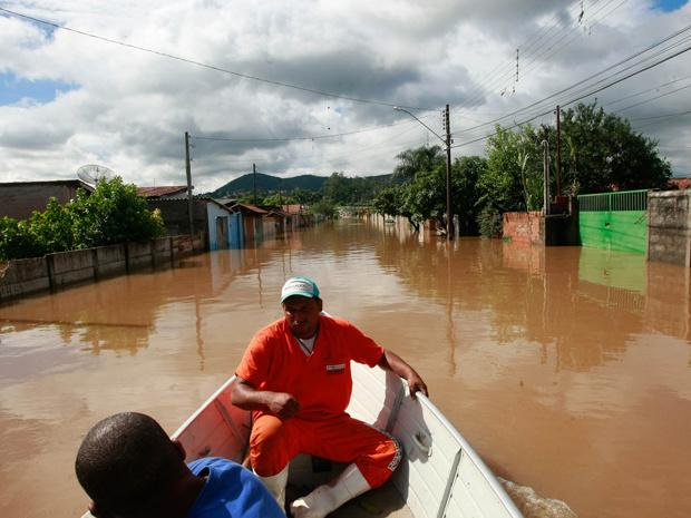 Em Aquidauana, as familias ribeirinhas são retiradas de barco de suas casas Foto; div. -