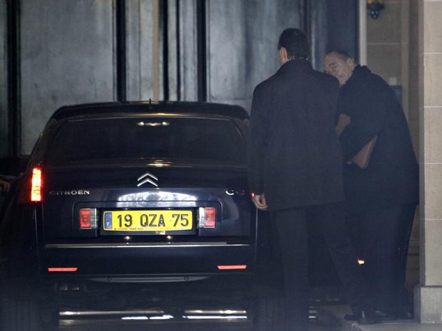 O ex-presidente francês Jacques Chirac deixa seu escritório nesta terça-feira - Crédito: Foto: AP