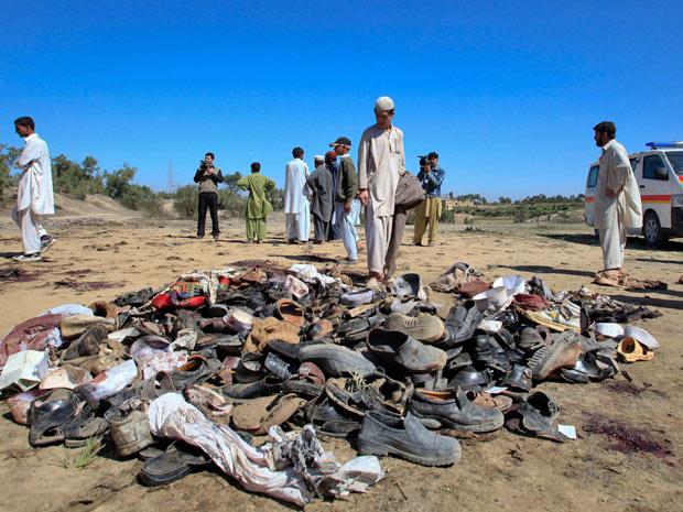 Homem observa restos de sapatos após ataque suicida no Paquistão - Crédito: Foto: Fayaz Aziz/Reuters