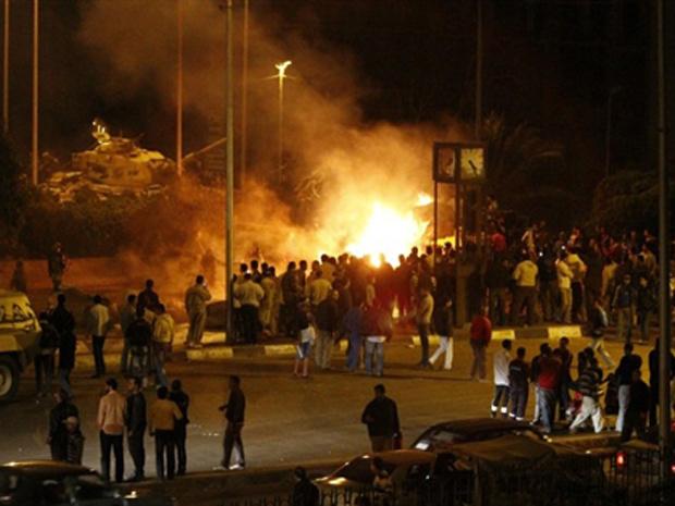 Incêndio em rua do Cairo após confronto entre muçulmanos e cristãos coptas na noite desta terça-feira - Crédito: Foto: AP