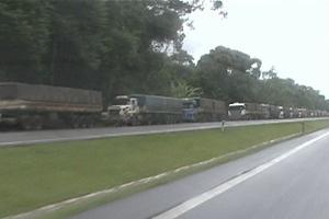 Fila de caminhões chega aos xx quilômetros de extensão nesta quarta-feira - Crédito: Foto: Reprodução/RPC TV