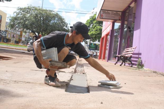 Lojistas da área central contrataram mão de obra extra para apressar adequação de calçadas - Crédito: Foto: Hédio Fa-zan/PROGRESSO