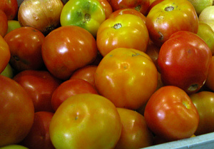 Dentre os produtos que compõem a cesta básica, o tomate teve alta de 22,11% - Crédito: Foto : Edemir Rodrigues