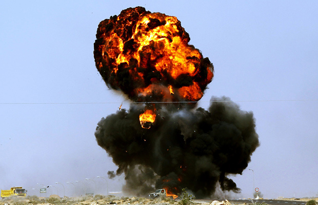 Veículo pertencente aos rebeldes é atingido por projetil lançado por soldados leais a Kadhafi durante batalha na estrada entre Ras Lanuf e Bin Jiwad nesta quinta-feira - Crédito: Foto: AP