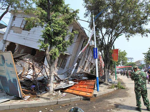 Casa abalada pelo tremor em Yingjiang, na província de Yunnan - Crédito: Foto: AP
