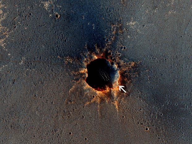 Flecha marca local onde está o jipe-robô Opportunity. No lado esquerdo da foto, é possível ver o rastro deixado pela movimentação do robô - Crédito: Foto: Reuters/Nasa
