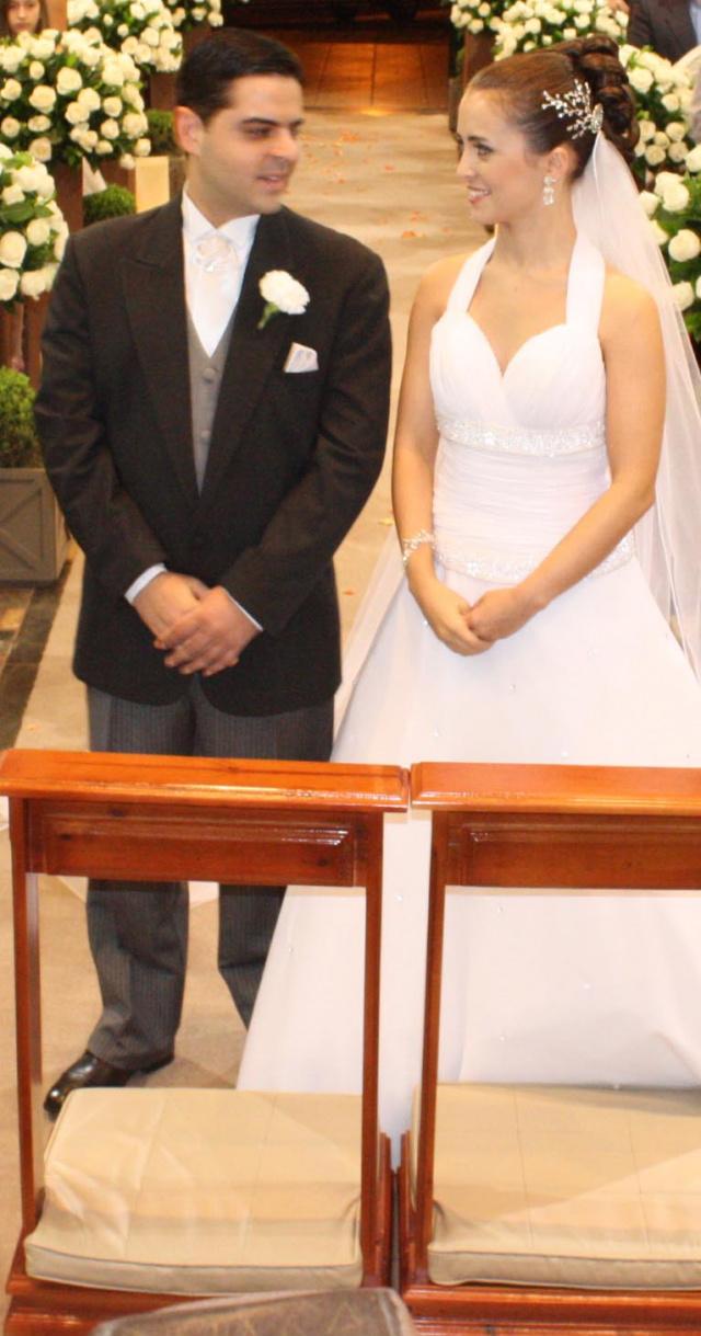 Os noivos recendo a bênção na Igreja São Carlos -