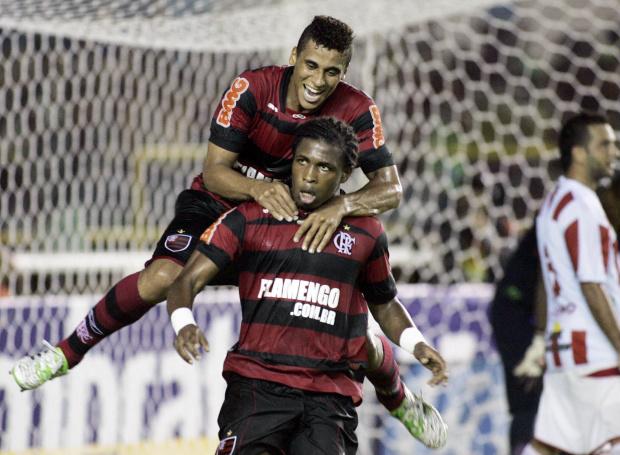 Na raça, Flamengo supera o Bangu por 2 a 1 -