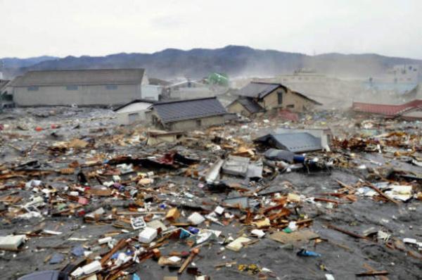 A TV pública NHK mostrou imagens de barcos e carros sendo arrastados pelo tsunami na região mais a leste de Tóquio. - Crédito: Reprodução de TV