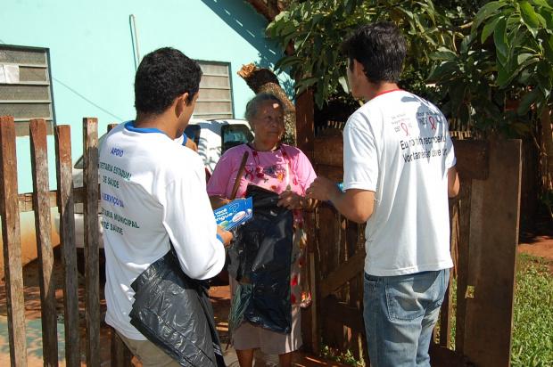 Agentes de combate a endemias repassaram orientações aos moradores - Crédito: foto: Nivalcir Almeida