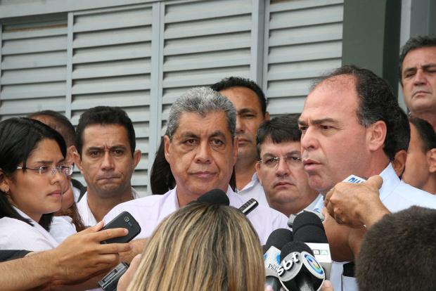 Governador entregou ontem relatório completo ao ministro da Integração Fernando Bezerra - Crédito: Foto :  Rachid Waqued