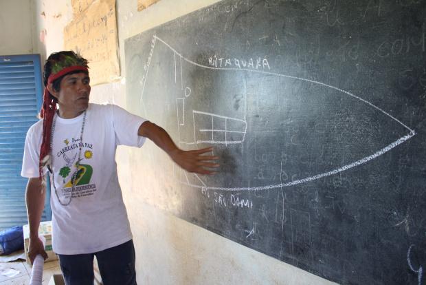 Ládio Veron mostra no mapa desenhado na lousa a área que eles ocupam na Brasília do Sul - Crédito: Foto: Hédio Fazan/PROGRESSO