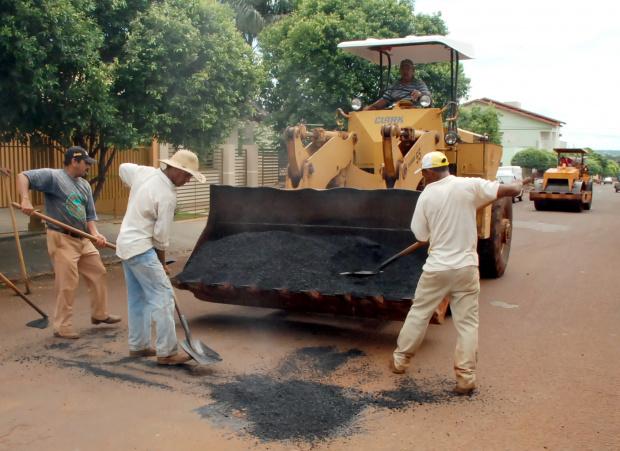 Equipes trabalharam no fim de semana fazendo tapa-buraco em Dourados - Crédito: Foto: A. Frota