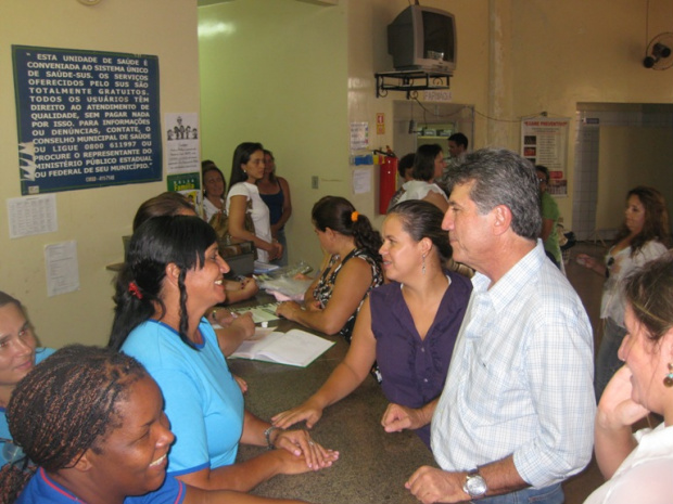 Prefeito no posto de saúde da Seleta, durante atividade em comemoração ao Dia da Mulher - Crédito: Foto: Divulgação