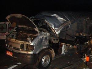 Acidente entre van e caminhão deixou seis mortos em Goiás - Crédito: Foto: Divulgação/PRF