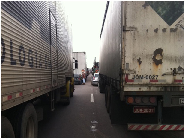 Trânsito parado no km 630 da BR-376 por causa de uma queda de barreira causada pelas chuvas, no km 670. A queda deixou a pista totalmente interditada nos dois sentidos, por volta das 14h desta segunda-feira - Crédito: Foto: Bibiana Dionísio / RPC TV