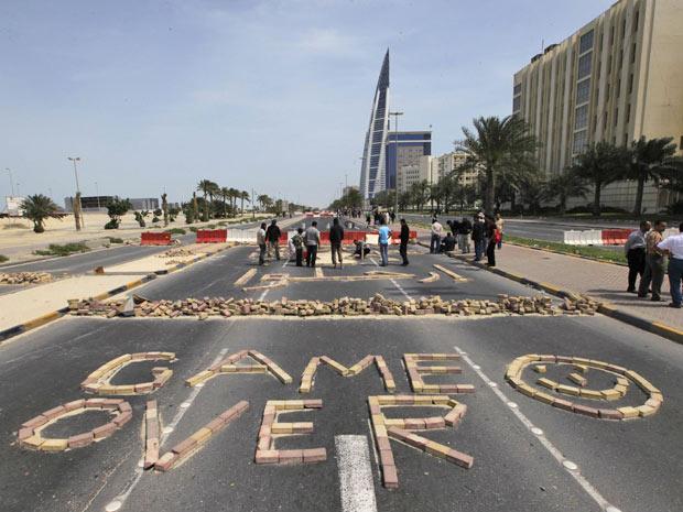 Manifestantes antigoverno formam a frase \'Game Over\' - Crédito: Foto: Hamad I Mohammed/Reuters